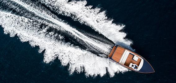 Motorboot M22 fährt schnell auf dem See
